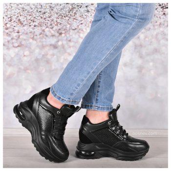 Дамски спортни обувки в черно